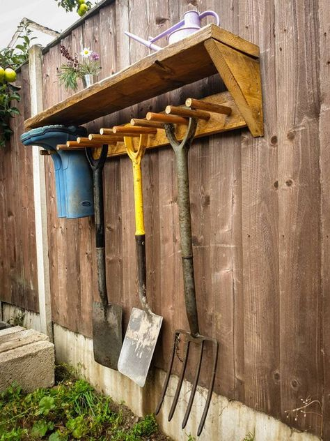 Small Garden Tool Storage, Outdoor Tool Storage, Small Garden Tools, Garage Tool Storage, Storage Shed Organization, Garage Tools, Backyard Storage, Yard Tool Storage Ideas, Gardening Tools