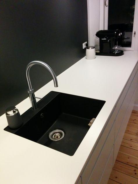 Køkkenbordet er lavet af DFI. Geisler og er en Solid Core bordplade, som minder lidt om Corian, men er noget billigere. Den er laseropmålt til køkkenet, da rummet er pilskævt.
