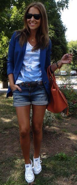 Blue Blazer, pantalón, tenis blancos