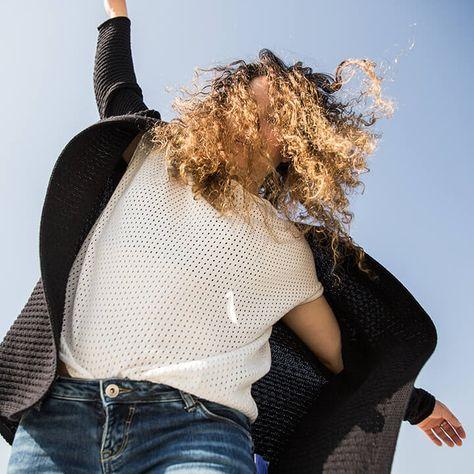 Fair Fashion Outfit Inspiration Coop Naturaline Black And White Curly Hair Bekleidungsstile Nachhaltige Mode Kollektion