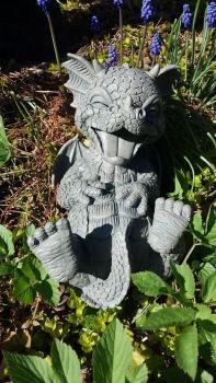 Susser Gartendrachen Kringelt Sich Vor Lachen Garden Art Outdoor Decor Garden Sculpture
