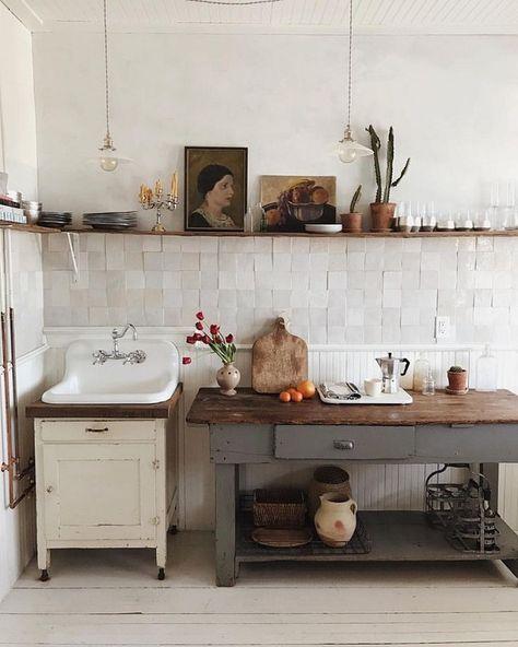 Dans une cuisine esprit campagne, le zellige sur la crédence fait son petit effet #CUISINE #DÉCO #IDÉES #CRÉDENCE