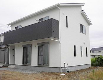 白とグレーのツートンカラーでモダンな二階建て住宅 外観は