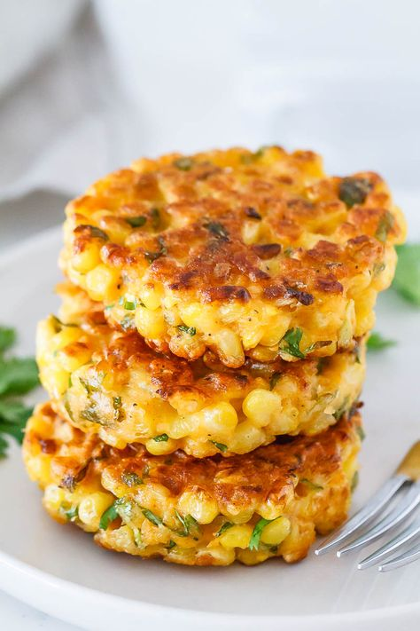 Cheesy Corn Fritters Crispy on the edges, soft in the middle – A great side dish for a host of dinners!Corn Fritters Recipe – Crispy on the edges, soft in the mi Side Dishes For Bbq, Vegetable Side Dishes, Side Dish Recipes, Vegetable Recipes, Vegetarian Recipes, Cooking Recipes, Healthy Recipes, Dinner Side Dishes, Skinny Recipes