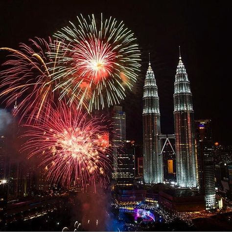 New Years Celebration At The Petronas Towers In Kuala Lumpur Malaysia Courtesy Of Base New Year S Eve Around The World New Year Celebration Fireworks Display