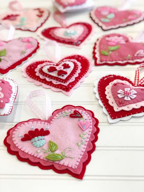 Beautiful felt Ornaments, just in time for Valentine's! Beautiful felt Ornaments, just in time for Valentine's! Valentines Day Hearts, Valentine Day Love, Vintage Valentines, Valentine Day Crafts, Felt Decorations, Valentines Day Decorations, Felt Embroidery, Felt Applique, Heart Crafts