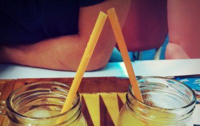 Limonata - vi proponiamo la ricetta della limonata fatta in casa, una bevanda fresca ed estiva da preparare con facilità.