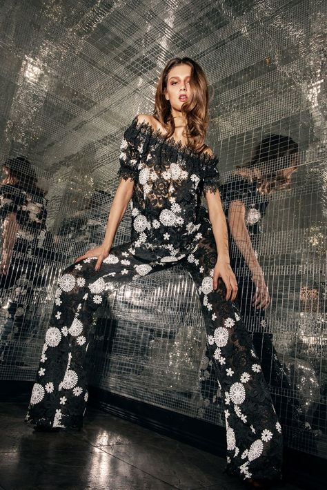 See the complete Naeem Khan Pre-Fall 2018 collection.