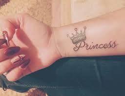 Tatuajes Nombres Con Coronas Buscar Con Google Con Imagenes
