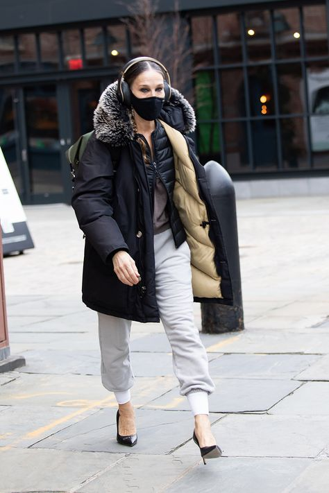 A week after dropping a Sex and the City reboot teaser on Instagram, Sarah Jessica Parker was seen assisting customers at her New York shoe boutique over the weekend. The star has adopted a unique dress code since the pandemic began, one that includes sweatpants and stilettos – an unusual combination to say the least.