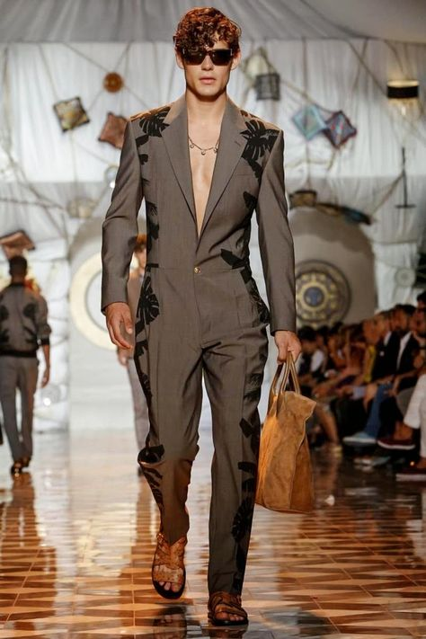 Versace Men's - Spring Summer 2015 - one of the best collections at Milan Fashion Week Versace Store, Versace Men, Versace Suits, Fashion Moda, Fashion Show, Fashion Design, Fashion Trends, Fashion Styles, House Of Versace