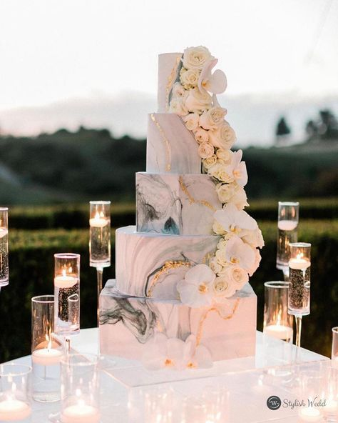 white ivory marble wedding cake for outdoor wedding #wedding#weddinginvitations#stylishwedd#stylishweddinvitations#vellumweddinginvitations#weddingideas#weddingcake