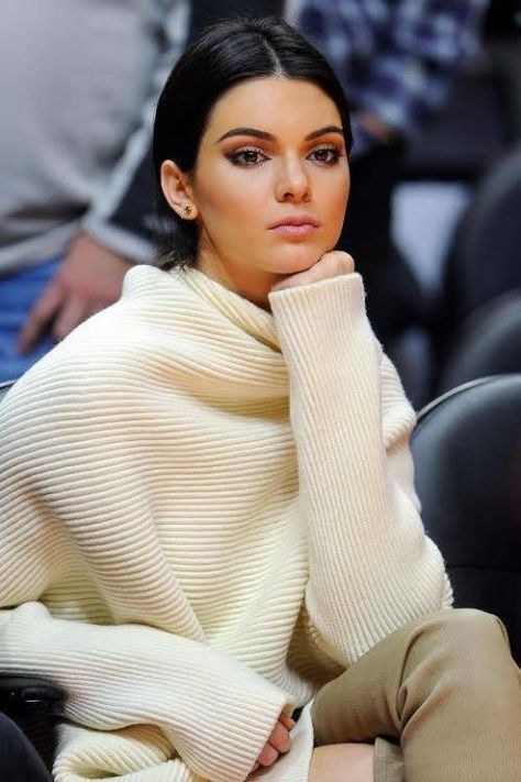 """"""" Kendall attending a Lakers vs. Clippers basketball game in Los Angeles with Khloe Kardashian and Cara Delevingne """""""