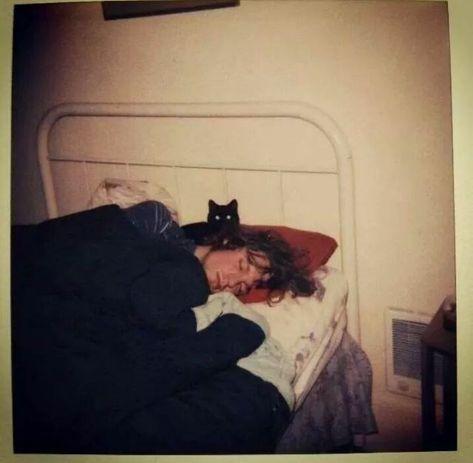 13 Rare Candid Photos Of Kurt Cobain Playing With His Cats