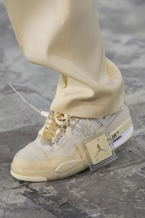 The complete Off-White Fall 2020 Ready-to-Wear fashion show now on Vogue Runway. Sneakers Mode, Sneakers Fashion, Fashion Shoes, Shoes Sneakers, Paris Fashion, Jordan Sneakers, Fall Fashion, Jordan Shoes Girls, Girls Shoes