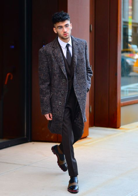 Who Is The Most Stylish Man Of Quarter Finals: Harry Styles vs. Zayn Malik Who Is The Most Stylish Man Of Quarter Finals: Harry Styles vs. Estilo Zayn Malik, Zayn Malik Fotos, Zayn Malik Style, Zayn Malik Fashion, Gilet Costume, Zayn Mallik, Most Stylish Men, Stylish Man, Outfits Hombre