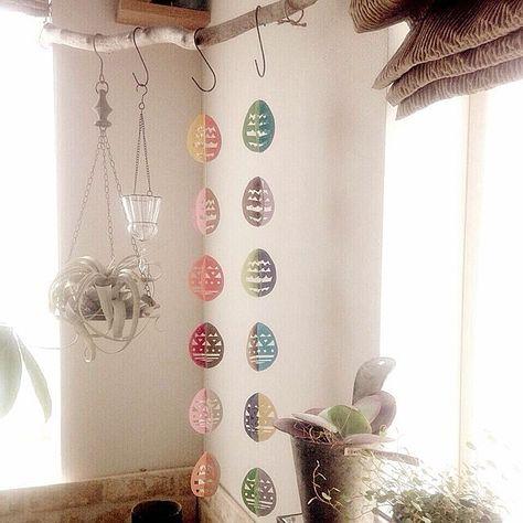 壁 天井 昨年の春作 今日は糸をつけました イースターエッグの