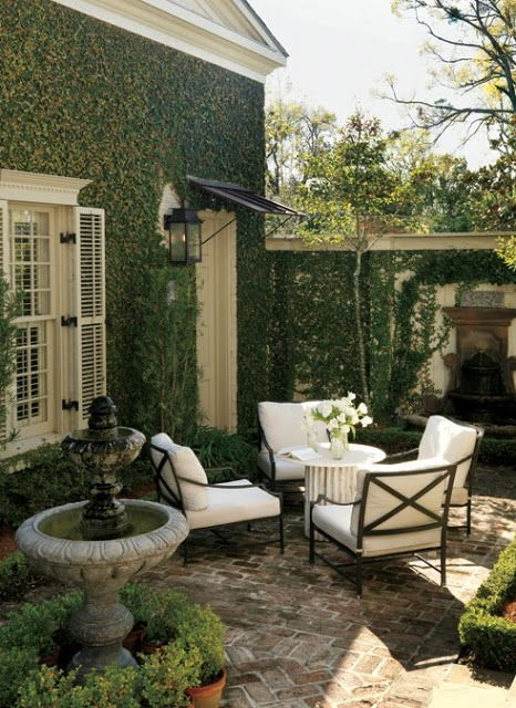 Heres How to Make Your Patio Look Luxe No Matter the Size Kick back under the sun with these stylish designer ideas for outdoor rooms. The post Heres How to Make Your Patio Look Luxe No Matter the Size appeared first on Outdoor Diy. Small Outdoor Spaces, Courtyard Gardens Design, Small Backyard, Outdoor Living, Outdoor Decor, Garden Room, Beautiful Backyards, Outdoor Rooms