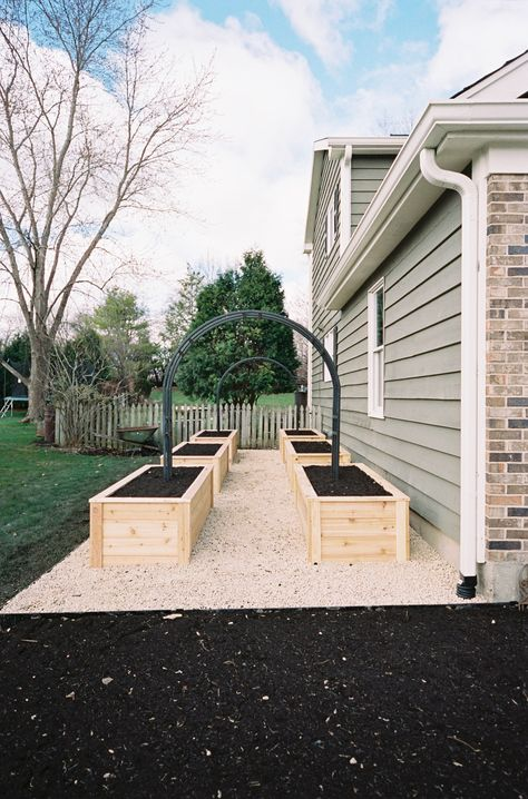 Raised gardens are the very best way to set up your vegetable garden and design your vegetable garden for success in growing vegetables, herbs, and fruit Potager Garden, Veg Garden, Vegetable Garden Design, Home And Garden, Back Garden Design, Patio Design, Garden Art, Garden Ideas, Backyard Patio