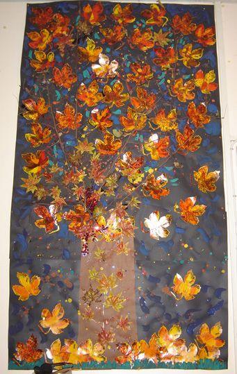 Réaliser un Arbre d'automne géant avec les feuilles ramassées par les enfants