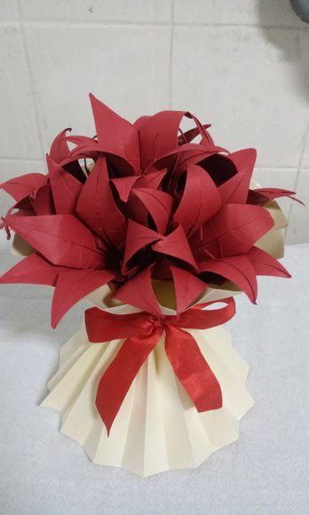 Arranjo Com Flores De Lirio Feitas De Origami E Fita De Cetim O