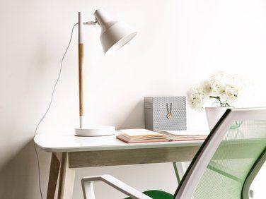Lampe De Bureau Blanche En Bois Et En Metal Aldan Lampe De Bureau Lampes De Table Meubles De Jardin En Rotin