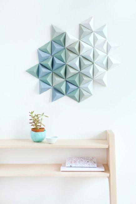 Je vous ai concocté une page do it yourself (diy) déco et rien que déco, des idées piochées sur Pinterest.La tendance est au formes géométriques en papier, peinture sur bouteilles en verre pour créer des vases, stickers sur meuble ou mur faits maison...