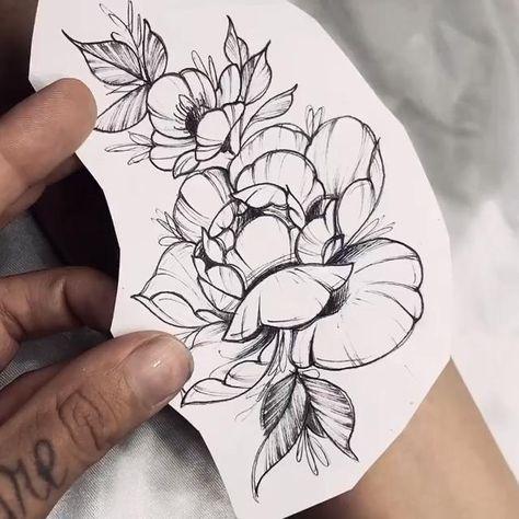 Tatuagem feminina de flores em fineline (traços finos) no braço. Tattoo criada pela tatuadora brasileira Karla Montenegro.