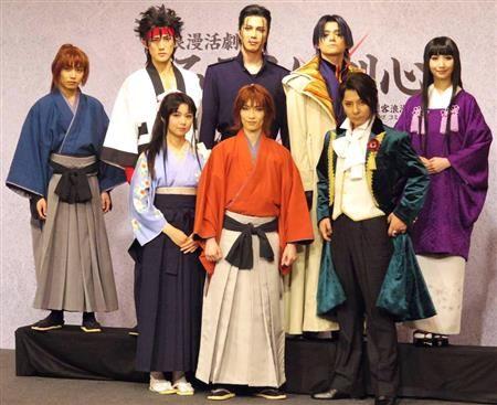 舞台「浪漫活劇 るろうに剣心」の製作発表会に出席した前列左から上 ...