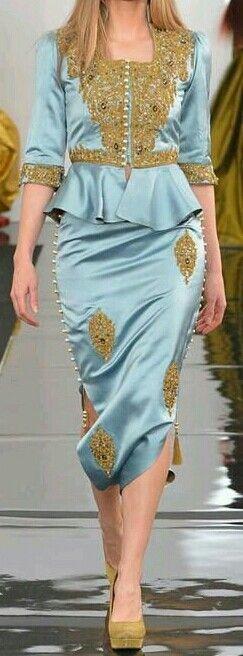 Je crois le vetement est la djellaba de algerienne. Je aime il a beau decoration et color.