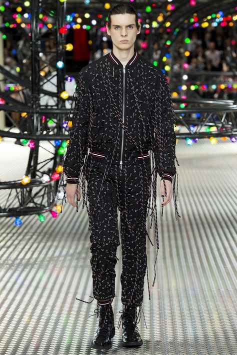 Dior Homme Spring 2017 Menswear collection, runway looks, beauty, models, and reviews.