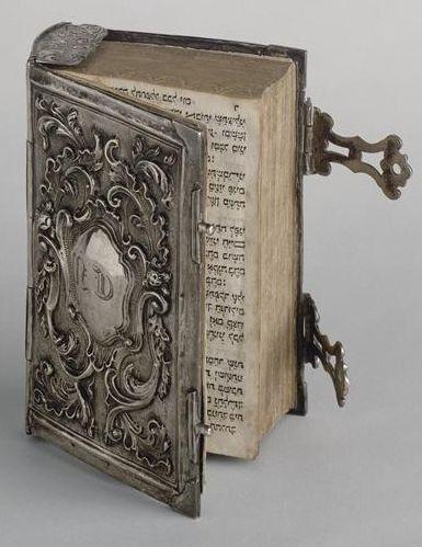 Livro antigo com capa de prata (Don't know what this says) but, this is a very beautiful book. Old Books, Antique Books, Buch Design, Prayer Book, Daily Prayer, Book Binding, Book Nooks, Library Books, I Love Books