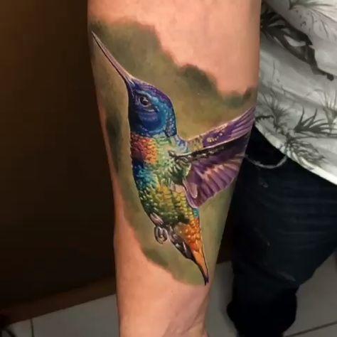 Tatuagem de beija-flor colorido