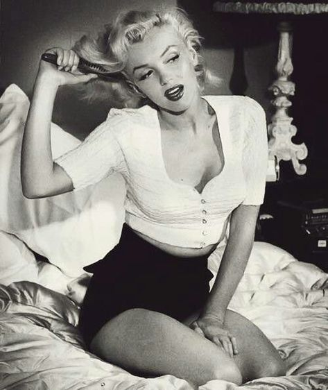 pin up art posed marilyn monroe Style Marilyn Monroe, Marilyn Monroe Fotos, Marilyn Monroe Wallpaper, Marilyn Monroe Outfits, Marilyn Monroe Decor, Marilyn Monroe Makeup, Marilyn Monroe Painting, Norma Jean Marilyn Monroe, Hollywood Glamour