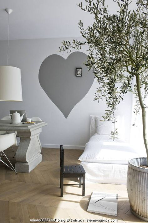I think a room in my house needs a giant heart ~ what an easy DIY project!
