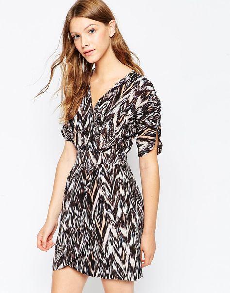 Kleid von Greylin reine, bedruckte Seide V-Ausschnitt Wickeldesign vorne eng anliegende Taille Taschen auf beiden Seiten Ärmel mit Knopfakzent abgerundeter Saum reguläre Passform - entspricht den Größenangaben Chemisch reinigen 100% Seide Model trägt UK-Größe S/EU-Größe S/US-Größe XS und ist 176 cm (5 Fuß 9,5 Zoll) groß