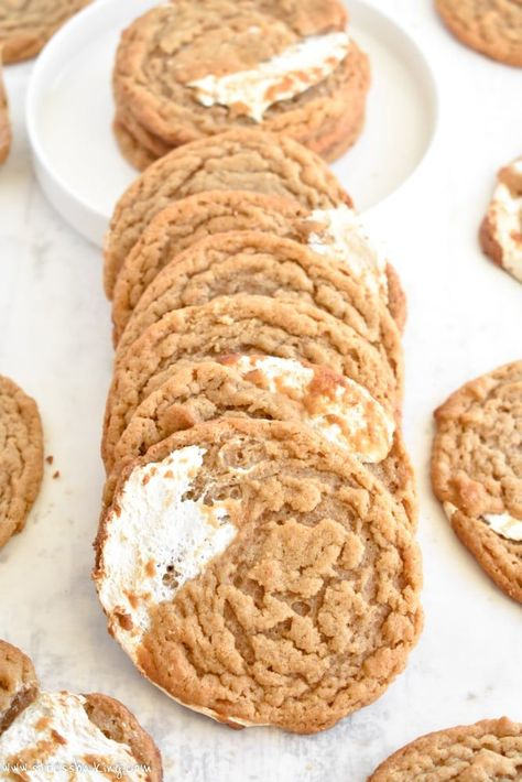 Fluffernutter Cookies (Peanut Butter & Fluff)- Fluffernutter Cookies – The classic New England fluffernutter sandwich is turned into a cookie! Thin, chewy peanut butter cookies are filled with swirls of marshmallow fluff. Chocolate Cookie Recipes, Easy Cookie Recipes, Sweet Recipes, Baking Recipes, Chocolate Chips, Baking Chocolate, Cookie Ideas, Chocolate Ganache, Just Desserts