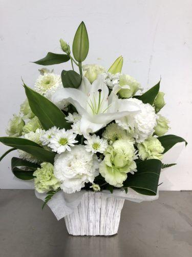 お供え用のアレンジメントを作成しました 4587777 フラワーアレンジメント 白い花 お供え