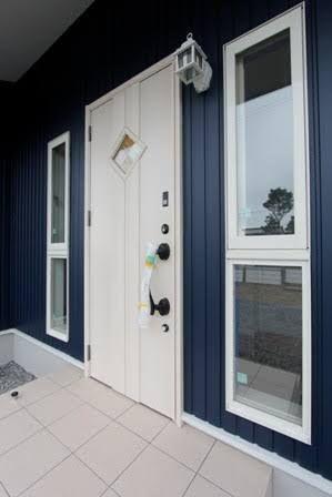 青 ガルバリウム 白ドア の画像検索結果 玄関ドア おしゃれ 玄関