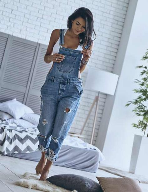 Torn Overall Dress Source by lillyloewendei overalls outfit Denim Overalls Outfit, Long Overalls, Overalls Women, Where To Buy Overalls, Overalls Style, Blue Jean Overalls, Overalls Fashion, Dungarees, Komplette Outfits