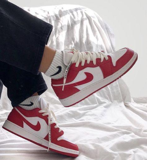 Jordan 1 Low Gym Red   Chaussure jordan fille, Espadrilles rouges ...