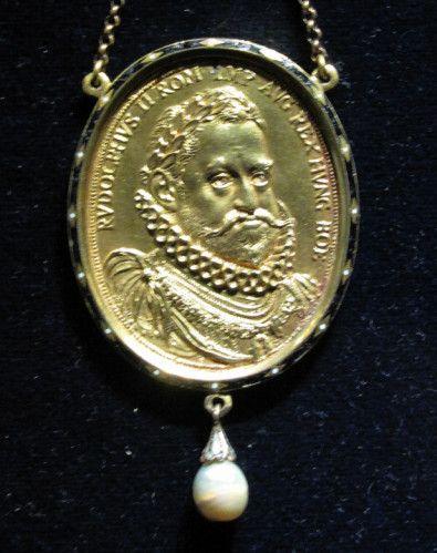 Chateau-Ecouen- RODOLPHE II (1552-1612)- Accédant au trône des Habsbourg d'Autriche, il abandonna la politique de son père tolérante au protestantisme, et appuya la Contre-Réforme. Bien qu'instruit, il ne présentait pas les qualités nécessaires pour régner: il fut sujet sur la fin de sa vie à des accès de folie qui favorisèrent l'intervention de membres de la famille dans les affaires impériales.