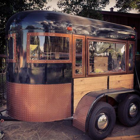 Mobile business - Mobile Bar Horse trailer bar turned into a wine bar. Food Cart Design, Food Truck Design, Catering Trailer, Food Trailer, Mobile Bar, Converted Horse Trailer, Coffee Food Truck, Mobile Coffee Shop, Coffee Trailer
