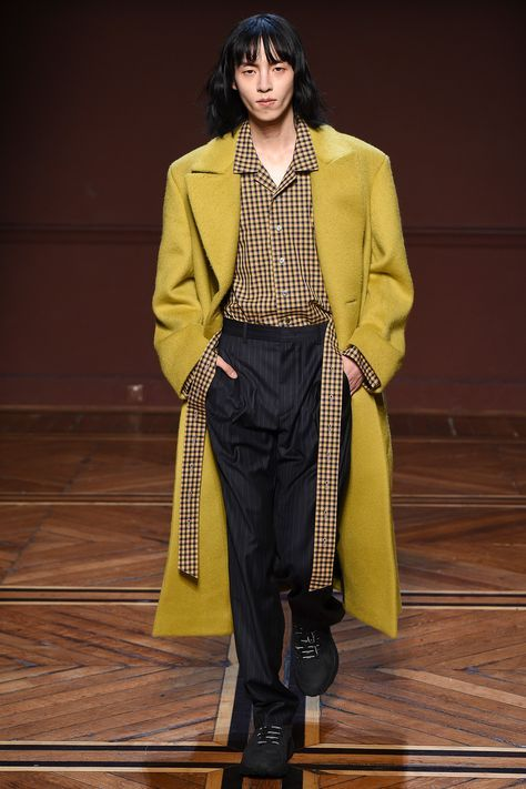 The complete Wooyoungmi Fall 2018 Menswear fashion show now on Vogue Runway.