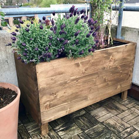 Eine Einfache Pflanzkiste Aus Holz Fur Den Balkon Selber Bauen So Geht S Auch Als Hochbeet Fur Garten Und Terrasse Geeignet Balkon Selber Bauen Pflanzen