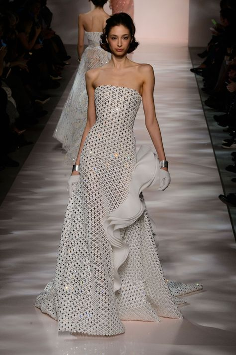 Find tips and tricks, amazing ideas for Georges chakra. Discover and try out new things about Georges chakra site Couture Mode, Style Couture, Couture Fashion, Runway Fashion, Georges Chakra, Elegant Dresses, Nice Dresses, Anne Hathaway, Costume
