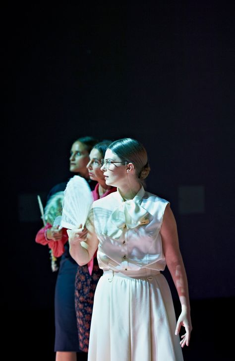 MADAME BOVARY-ALLERDINGS MIT ANDEREM TEXT UND AUCH ANDERER MELODIE  Madame Bovary - Allerdings mit anderem Text und auch anderer Melodie von Clemens Sienknecht und Barbara Bürk nach Gustave Flaubert Sie: die berühmteste Ehebrecherin der Literaturgeschichte  Emma Bovary. Gustave Flaubert schrieb dieses Sittenbild aus der Provinz ausgehend von einer Zeitungsnotiz. Eine junge Frau aus dem normannischen Ry hatte sich vergiftet. Ihr Leben reichte nicht an ihre Träume heran. Die Monotonie des…