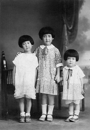 0b17b727550d0 1939(昭和14)年に発行された雑誌「主婦之友六月號附録・夏の流行婦人子供服の作方」内の記事より「男女兒お揃ひ服や布地を替へて變化を見せた流行の子供服 」です。