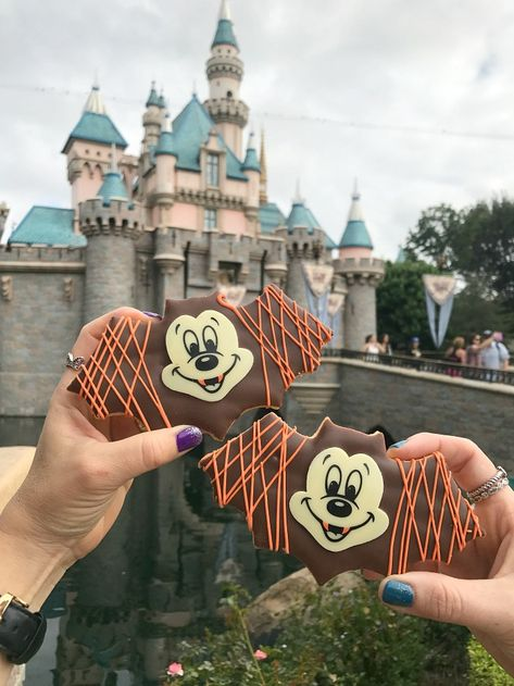 Space Guide Disneyland Halloween Time Food Guide 2018 - Sharing my experience - Disneyland Halloween Time Food Guide absolutely no secret that Halloween Time at Disneyland Park is one of my favorite times to visit ALL YEAR. It is so festive . Disneyland Dining, Parc Disneyland Paris, Disney Dining, Disneyland Park, Disney World Halloween, Disneyland Halloween, Comida Disneyland, Disney Theme, Desert Recipes