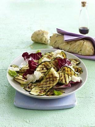 Das Rezept für Gegrillter Zucchini-Salat mit Pinienkernen und Parmesan und weitere kostenlose Rezepte auf LECKER.de